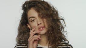 Αισθησιακή γυναίκα που φαίνεται κεκλεισμένων των θυρών Πρότυπο πορτρέτο μόδας στο στούντιο απόθεμα βίντεο