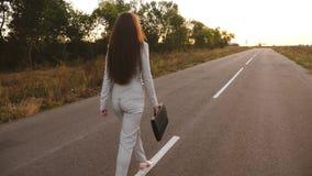 Αισθησιακή επιχειρησιακή γυναίκα με τα μακριά πόδια που περπατά κάτω από το δρόμο Κινηματογράφηση σε πρώτο πλάνο περίπατοι επιχει απόθεμα βίντεο