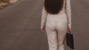 Αισθησιακή επιχειρησιακή γυναίκα με τα μακριά πόδια που περπατά κάτω από το δρόμο Κινηματογράφηση σε πρώτο πλάνο περίπατοι επιχει φιλμ μικρού μήκους