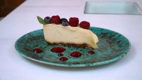 Ακατέργαστο cheesecake τροφίμων με το καρύδι και το σμέουρο των δυτικών ανακαρδίων απόθεμα βίντεο