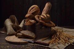 Ακόμα ζωή με τους διαφορετικούς τύπους ψωμιών σε ένα αγροτικό ύφος στοκ εικόνες
