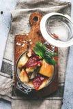 Αλατισμένα ή μαριναρισμένα άσπρα μανιτάρια στο βάζο γυαλιού με τα καρυκεύματα και τα χορτάρια, έννοια κονσερβοποίησης τροφίμων μα στοκ εικόνες