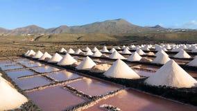 Αλατισμένοι σωροί σε μια αλατούχο εξερεύνηση στα αλατισμένα ορυχεία Janubio, Lanzarote, Κανάρια νησιά, Ισπανία, μήκος σε πόδηα εγ φιλμ μικρού μήκους