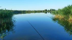 Αλιεία της ράβδου στον ποταμό φιλμ μικρού μήκους