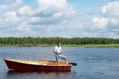 Αλιεύοντας στο νερό από τη βάρκα στην περιστροφή, υπαίθριες δραστηριότητες στοκ φωτογραφία με δικαίωμα ελεύθερης χρήσης