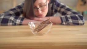 Αλλεργικός στη σοκολάτα Νέα γυναίκα που εξετάζει τη σοκολάτα φιλμ μικρού μήκους