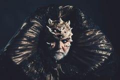 Αλλοδαπός, δαίμονας, μάγος makeup Άτομο με το τρίτο μάτι, τα αγκάθια ή τους ακροχορδώνες Δαίμονας με το χρυσό περιλαίμιο στο μαύρ στοκ εικόνα με δικαίωμα ελεύθερης χρήσης