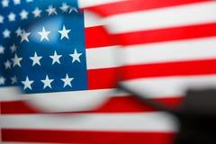 Αμερικανική σημαία που κοιτάζει μέσω μιας ενίσχυσης - γυαλί Μελέτη της ιστορίας και του πολιτισμού χώρα των Ηνωμένων Πολιτειών _ στοκ φωτογραφίες