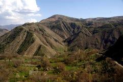Αμμώδεις λόφοι και βουνά στη σαφή ηλιόλουστη ημέρα στοκ εικόνες