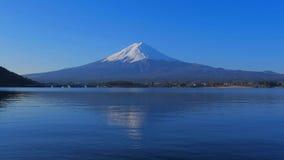 ΑΜ Φούτζι με το μπλε ουρανό από τη λίμνη Kawaguchi Ιαπωνία απόθεμα βίντεο