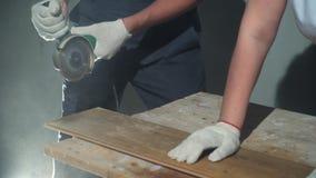 Ανάδοχος που χρησιμοποιεί την κυκλική κοπή πριονιών της νέας φυλλόμορφης ανακαίνισης δαπέδων απόθεμα βίντεο