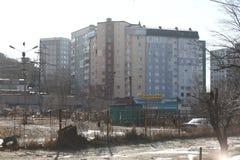 Ανάπτυξη Esidential των σπιτιών επιτροπής και τούβλου του Βλαδιβοστόκ Οδοί των περιοχών ύπνου της πρωτεύουσας της Άπω Ανατολής στοκ φωτογραφία