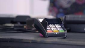 Ανέπαφη πληρωμή με το smartphone σας Πληρωμή με μια συσκευή smartphone σε ένα τερματικό πιστωτικών καρτών Ασύρματη πληρωμή απόθεμα βίντεο