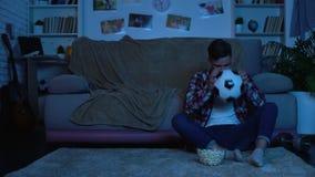 Ανήσυχος αγώνας ποδοσφαίρου προσοχής εφήβων στη TV δυστυχισμένη με την απώλεια ομάδων, αθλητισμός απόθεμα βίντεο