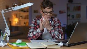 Ανήσυχος σπουδαστής εφήβων που προσπαθεί να λύσει το δύσκολο λυσσασμένο έγγραφο ανάθεσης math φιλμ μικρού μήκους