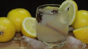 Αναζωογόνηση του οινοπνευματώδους ποτού κοκτέιλ στον αγροτικό ξύλινο πίνακα Προσθήκη των κύβων πάγου απόθεμα βίντεο