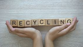 Ανακύκλωση, λέξη ώθησης χεριών στους ξύλινους κύβους, προστασία του περιβάλλοντος και οικολογία απόθεμα βίντεο