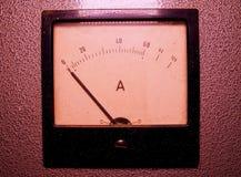 Αναλογικός μετρητής αμπέρ ή amp μετρητής Κινηματογράφηση σε πρώτο πλάνο στοκ φωτογραφίες