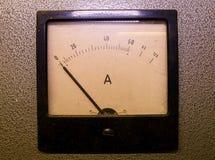 Αναλογικός μετρητής αμπέρ ή amp μετρητής Κινηματογράφηση σε πρώτο πλάνο στοκ εικόνες