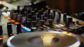 Αναμίκτης του DJ σε ένα νυχτερινό κέντρο διασκέδασης σε ένα κόμμα φιλμ μικρού μήκους