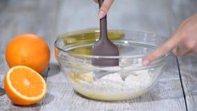 Αναμιγνύοντας τη ζύμη στο επιτραπέζιο υπόβαθρο κουζινών με την αγγελία προσθέστε το αλεύρι φιλμ μικρού μήκους