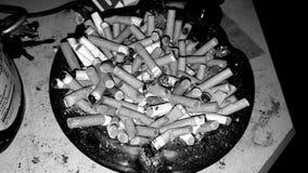Αναδρομικό ashtray σύνολο των ακρών τσιγάρων στοκ φωτογραφίες με δικαίωμα ελεύθερης χρήσης