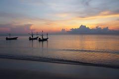 Ανατολή, τα χρώματα του ουρανού πρωινού με τα αλιευτικά σκάφη στοκ εικόνες