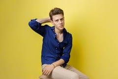 Ανατρέψτε το νεαρό άνδρα στο μπλε πουκάμισο, που κρατά το χέρι στο πίσω μέρος του κεφαλιού, που ξεχνά κάτι ή που αισθάνεται τη θλ στοκ φωτογραφίες