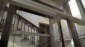 Ανελκυστήρας γυαλιού στο ιστορικό κτήριο ξενοδοχείων φιλμ μικρού μήκους