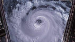 Ανεμοστρόβιλος θύελλας τυφώνα όπως βλέπει μέσω του παραθύρου του Διεθνούς Διαστημικού Σταθμού ISS, δορυφορική άποψη Στοιχεία αυτο ελεύθερη απεικόνιση δικαιώματος