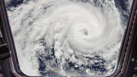 Ανεμοστρόβιλος θύελλας τυφώνα όπως βλέπει μέσω του παραθύρου του Διεθνούς Διαστημικού Σταθμού ISS, δορυφορική άποψη Στοιχεία αυτο απεικόνιση αποθεμάτων