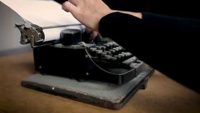 Ανεπιτυχής προσπάθεια να δακτυλογραφήσει σε μια παλαιά σκόνη-καλυμμένη τρύγος γραφομηχανή απόθεμα βίντεο
