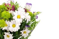 Ανθοδέσμη των άσπρων χρυσάνθεμων λουλουδιών, ρόδινα τριαντάφυλλα με τα πράσινα φύλλα στο άσπρο υπόβαθρο που απομονώνεται κοντά επ στοκ εικόνες