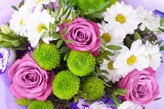 Ανθοδέσμη των ρόδινων τριαντάφυλλων λουλουδιών, άσπρα χρυσάνθεμα με τα πράσινα φύλλα στο άσπρο υπόβαθρο που απομονώνεται κοντά επ στοκ φωτογραφία με δικαίωμα ελεύθερης χρήσης