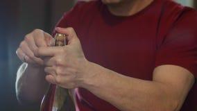 Ανθρώπινα χέρια που ανοίγουν την κινηματογράφηση σε πρώτο πλάνο μπουκαλιών σαμπάνιας Μπουκάλι CHAMPAGNE πρίν χύνει τις φυσαλίδες  απόθεμα βίντεο