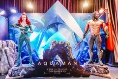 Ανθρώπινο άγαλμα μεγέθους ενός ΣΥΝΕΧΟΥΣ κωμικού Superhero Άρθουρ κάρρυ ή Aquaman και Mera στον όρθιο επιβάτη του κινηματογράφου A στοκ φωτογραφία με δικαίωμα ελεύθερης χρήσης