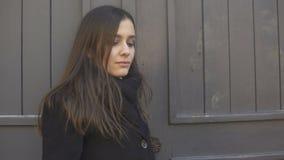 Ανικανοποίητος περιμένοντας φίλος γυναικών αργά για την ημερομηνία, προβλήματα σχέσης απόθεμα βίντεο