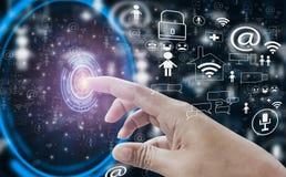 Ανοικτή διεπαφή κουμπιών αφής σημείου χεριών δάχτυλων στον κοινωνικό κόσμο μέσων, με την έννοια Διαδίκτυο των πραγμάτων, τη γρήγο απεικόνιση αποθεμάτων