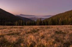 Ανοικτός ορίζοντας στα βουνά Κάθοδος από τα βουνά στοκ εικόνες