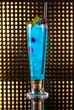 Ανοικτό μπλε κοκτέιλ μούρων στο ψηλό γυαλί στοκ φωτογραφίες
