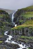 Ανώνυμος καταρράκτης στη δευτερεύουσα ανατολική Ισλανδία βουνών στοκ εικόνες με δικαίωμα ελεύθερης χρήσης