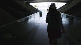 Ανώνυμο θηλυκό με τη βαλίτσα στη σκοτεινή μετάβαση φιλμ μικρού μήκους