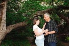 Ανώτερο ζεύγος που περπατά μαζί σε ένα δάσος, κινηματογράφηση σε πρώτο πλάνο στοκ εικόνα με δικαίωμα ελεύθερης χρήσης
