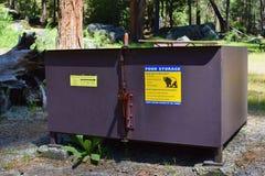 Αντέξτε το κιβώτιο, εμπορευματοκιβώτιο για την αποθήκευση τροφίμων στο στρατόπεδο στοκ φωτογραφίες
