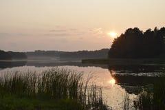Αντανάκλαση ηλιοβασιλέματος στο νερό στοκ φωτογραφίες