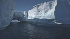 Ανταρκτικό ωκεάνιο seascape παγετώνων αψίδων παγόβουνων απόθεμα βίντεο
