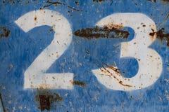 Αριθμός είκοσι τρία που χρωματίζεται στο σκουριασμένο μπλε μέταλλο στοκ εικόνες