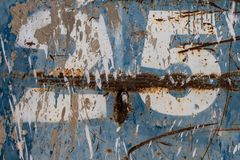 Αριθμός είκοσι πέντε που χρωματίζει στο σκουριασμένο μπλε μέταλλο στοκ εικόνα με δικαίωμα ελεύθερης χρήσης