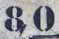 Αριθμός ογδόντα χρωματισμένο διάτρητο στο συμπαγή τοίχο στοκ φωτογραφία με δικαίωμα ελεύθερης χρήσης