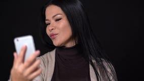 Αρκετά ασιατικό να κάνει selfie στο μαύρο υπόβαθρο απόθεμα βίντεο